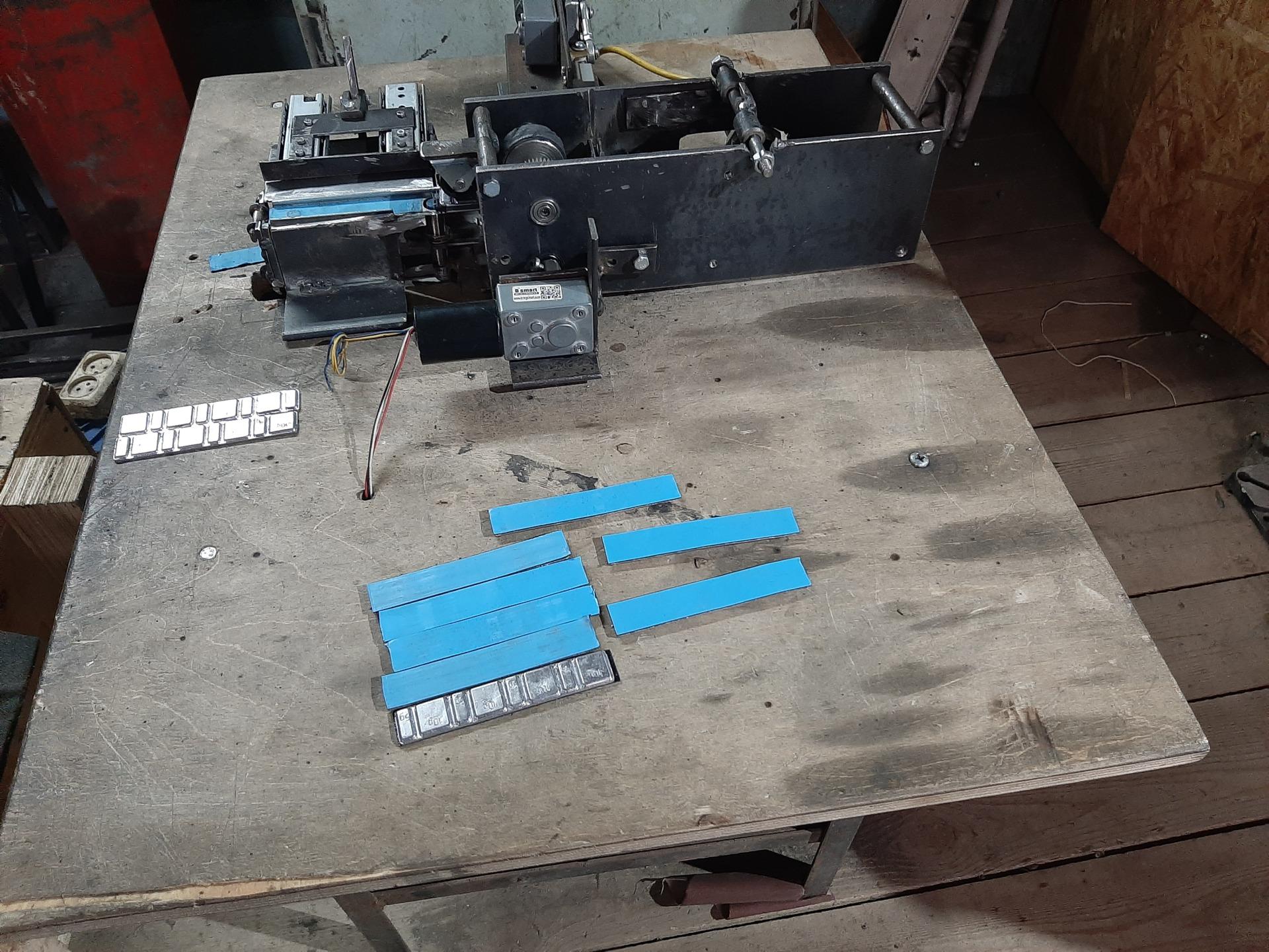 Полуавтомат для наклеивания грузов